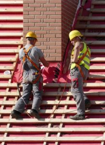 Arbeiter auf dem Dach
